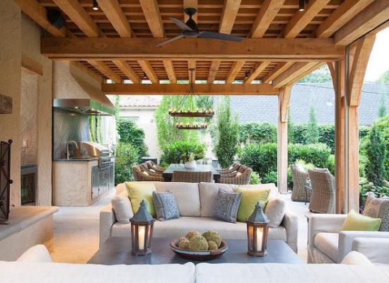 gezellige veranda van hout gemaakt